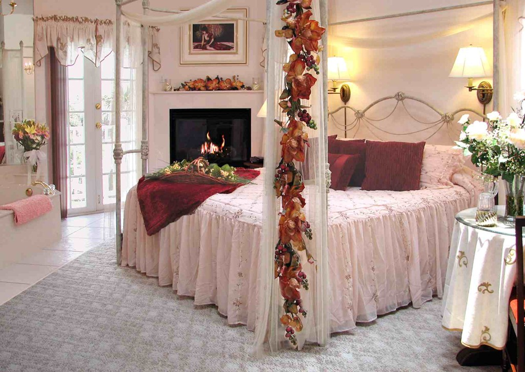jolly-romantic-bedroom-roses-plus-romantic-bedroom-decorations-photograph-01-bedroom-19_bedroom-decorations