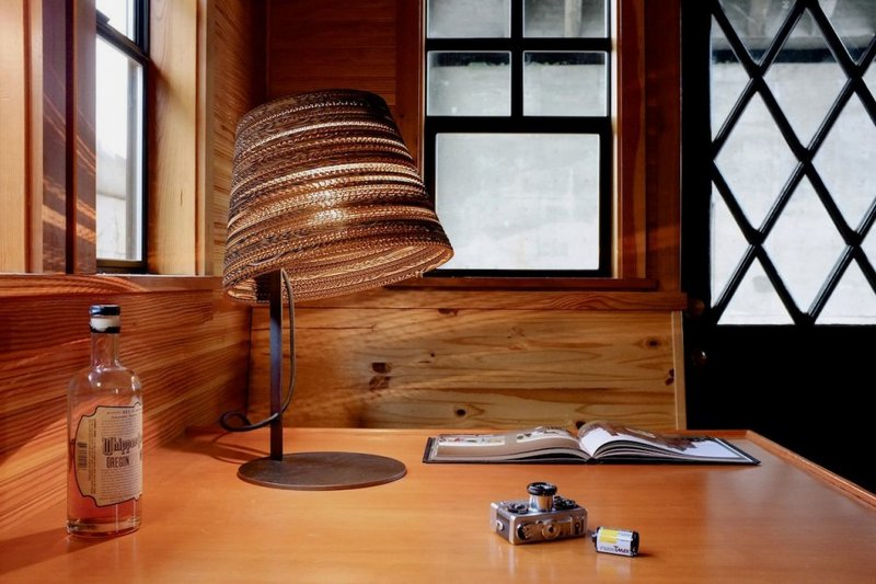 using-Unique-Desk-Lamps-with-Shades-Made-from-Cardboard